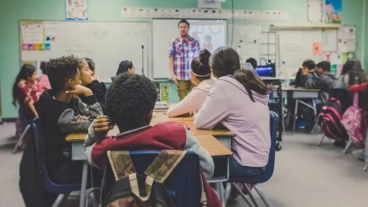 英国老师怎样通过辩论提升学生批判性思维与科学理解能力?